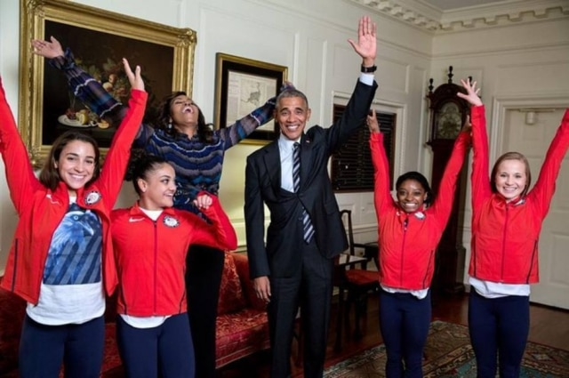 Michelle Obama e Barack Obama com atletas americanos.