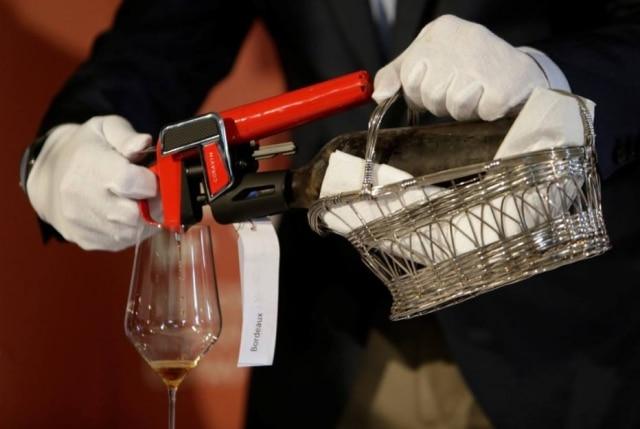 Coravin sendo usado durante uma degustação.