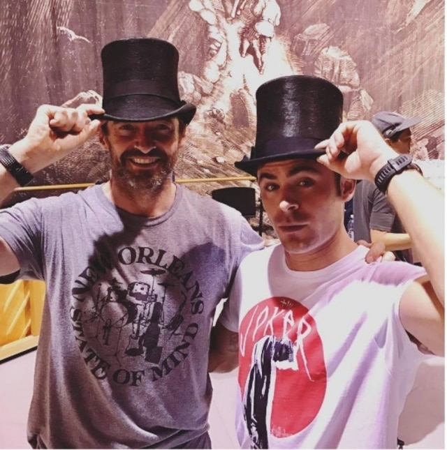 Zac Efron e Hugh Jackman no set de filmagem de The Greatest Showman, previsto para dezembro de 2017.