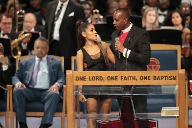 Ariana Grande foi uma das artistas a prestar homenagem para Aretha Franklin em seu funeral.