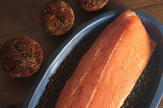 Filé de salmão assado lentamente.