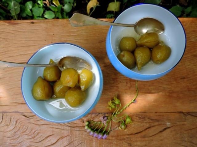 Compota de pêssego verde. Doce pronto pode ser servido puro ou acompanhado de sorvete, nata, creme batido, iogurte