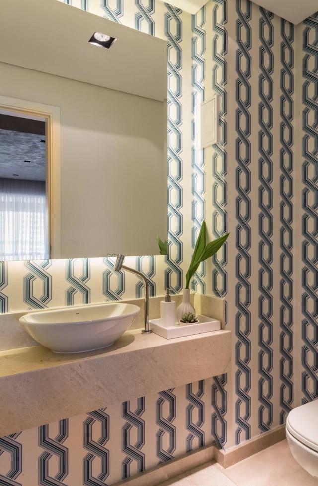 Iluminação indireta, atrás do espelho, tem destaque no ambiente criado pela arquiteta Barbara Dundes