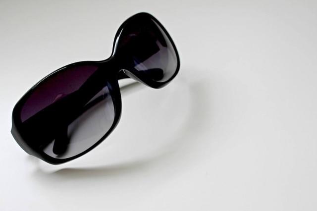 Usar óculos escuros falsificados pode ser pior do que não proteger os olhos, segundo oftalmologista.