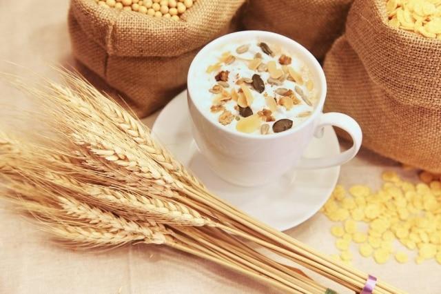 Grãos, farelos e farinhas integrais são alimentos ricos em fibras.