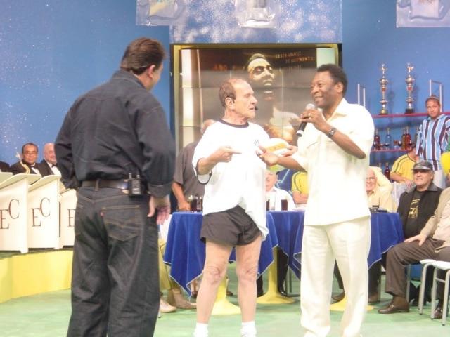 Ronald Golias se reencontra com Pelé na TV durante programa do apresentador Ratinho, décadas após a exibição do célebre episódio de 'Família Trapo'.