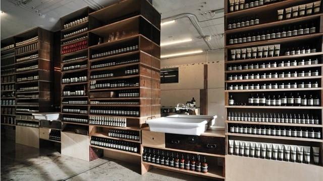 Identidade única: minimalistas e aconchegantes, os interiores das lojas da Aesop se parecem com farmácias vintage