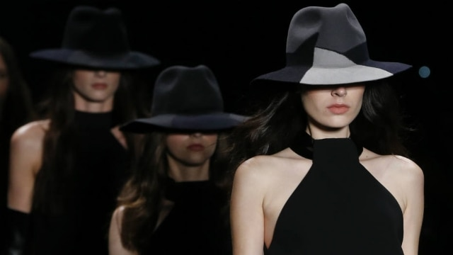 Mulheres enigmáticas com chapéus marcaram o desfile