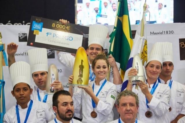 A alagoana no podium com o troféu de primeiro lugar, que lhe garantiu uma vaga na final na França em janeiro de 2017