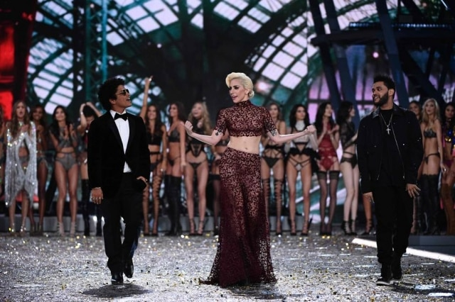 Lady Gaga, Bruno Mars e The Weeknd foram as atrações musicais do desfile da grife de lingeria Victoria's Secret
