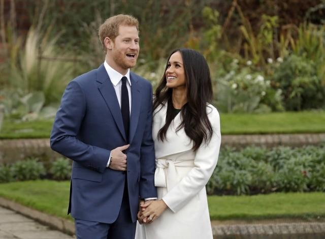 No anúncio do noivado, Meghan usou casaco branco Line brincos Birks