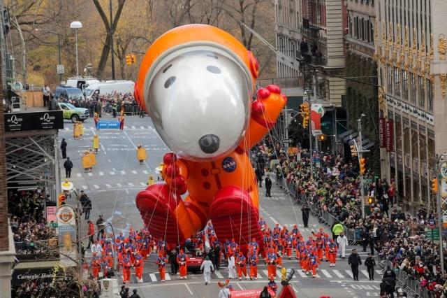 Um dos balões era o personagem Snoopy, fantasiado de astronauta para homenagear a chegada do homem à Lua