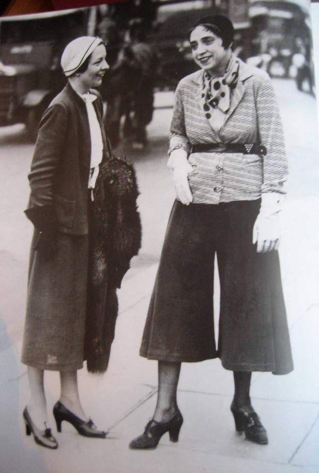 A estilista italianaElsa Schiaparelli causou polêmica ao vestir a pantacourt na década de 1930