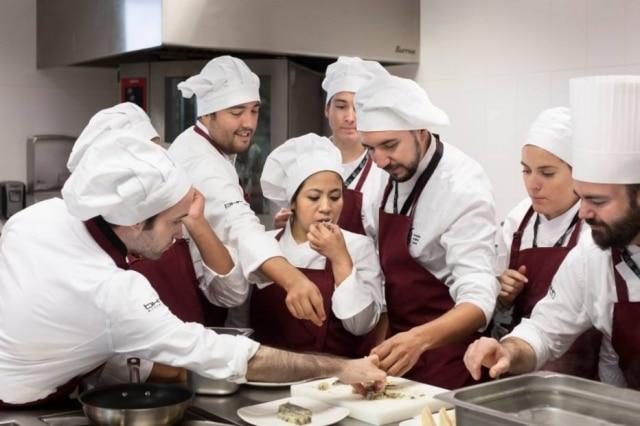 Estudantes no Centro Culinário Basco: a escola será a primeira em uma universidade europeia a ensinar técnicas vanguardistas.