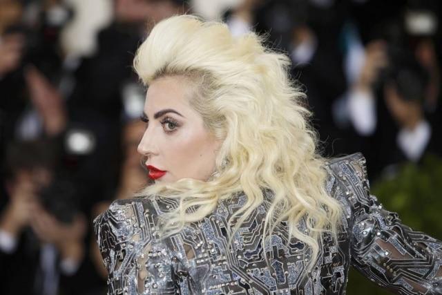 Lady Gaga no tapete vermelho do MET Gala 2016