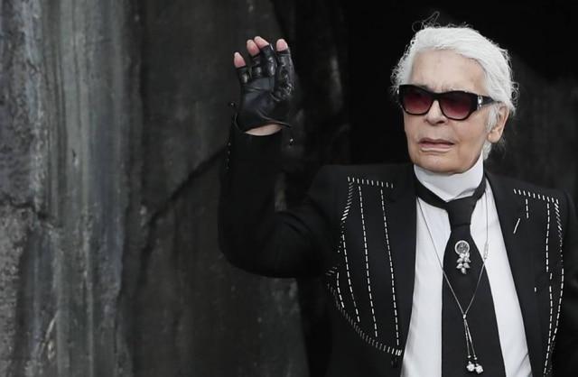 Karl Lagerfeld cumprimenta convidados após desfile de Verão 2018 da Chanel.