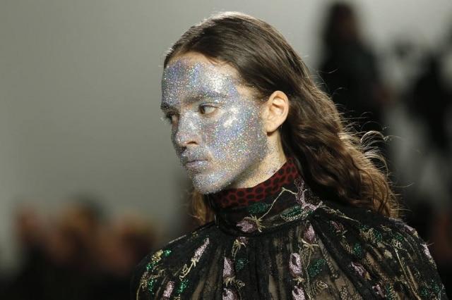 Modelo com o rosto coberto por glitter cruzou a passarela da grife francesaGiambattista Valli em Paris