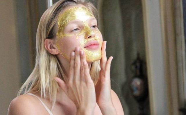 A modelo israelenseNibar Madar éadepta dos cosméticos com ouro na composição