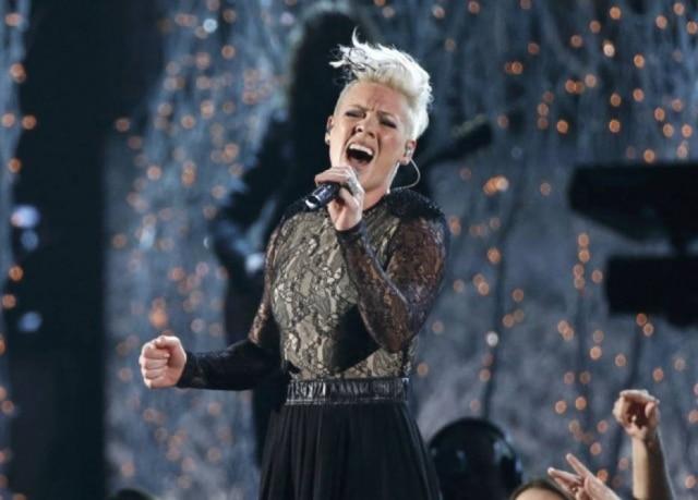 A cantora norte-americana Pink interrompeu um show que fazia na cidade de Brisbane, na Austrália, para consolar uma fã que perdeu a mãe