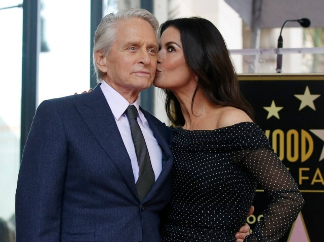 Michael Douglas e Catherine Zeta-Jones durante evento na Calçada da Fama, em Hollywood.