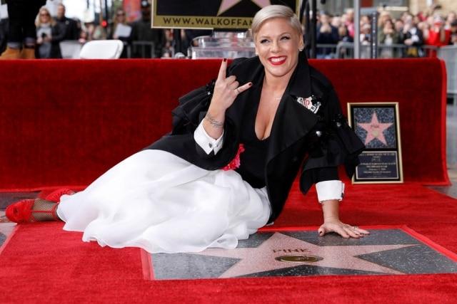 Pink comemora sua estrela na Calçada da Fama.