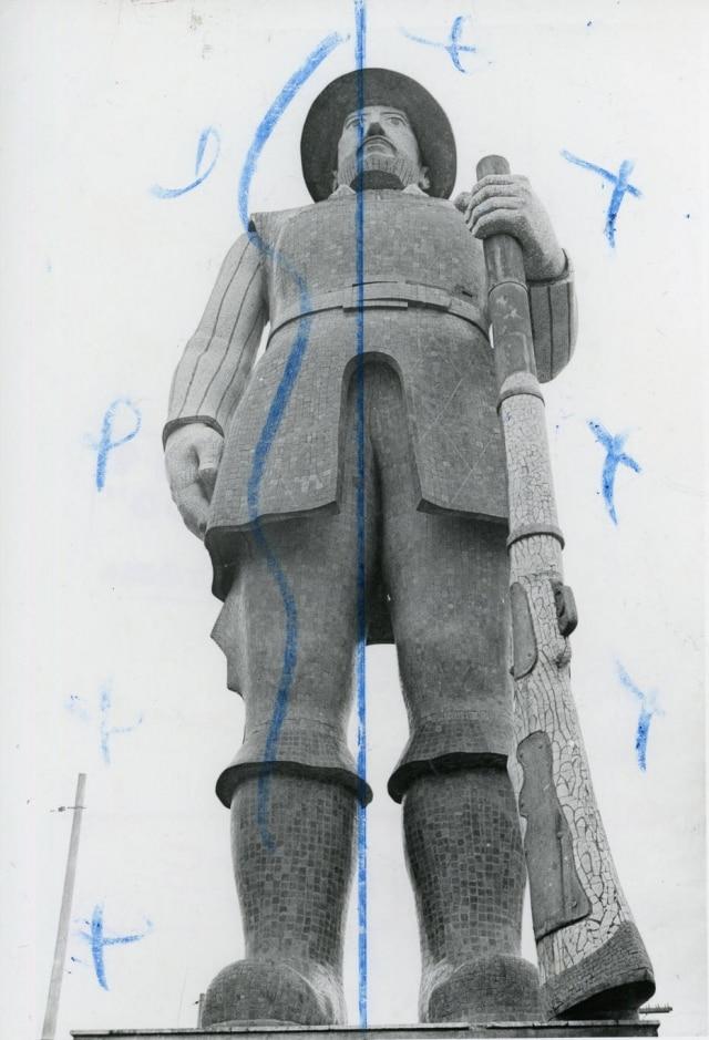 Foto da estátua de Borba Gato com marcas da diagramação do jornal em 1980.