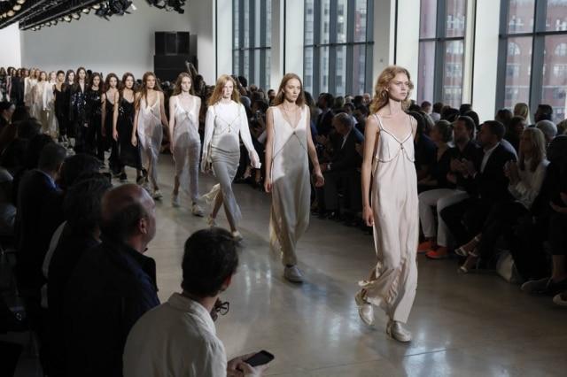 Nas coleções de verão 2016 apresentadasem Paris e Nova York, em setembro, vestidos lânguidos, de seda e renda, com silhueta minimalista e estilo boudoir apareceram aos montes. Na foto, o desfile da Calvin Klein.