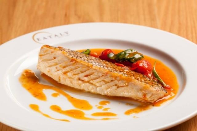 Peixe cozido com tomate e vinho branco.
