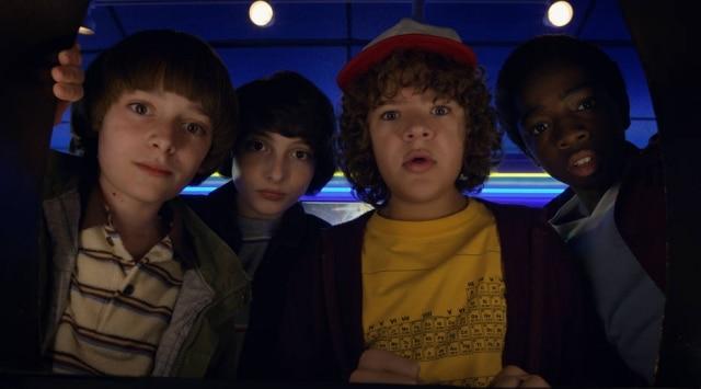 Jovens atores de Stranger Things em cena da segunda temporada