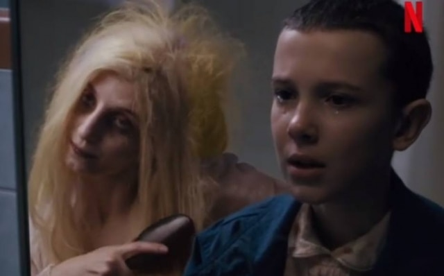 A Loira do Spoiler ao lado de Eleven (Millie Bobby Brown), personagem de 'Stranger Things'.
