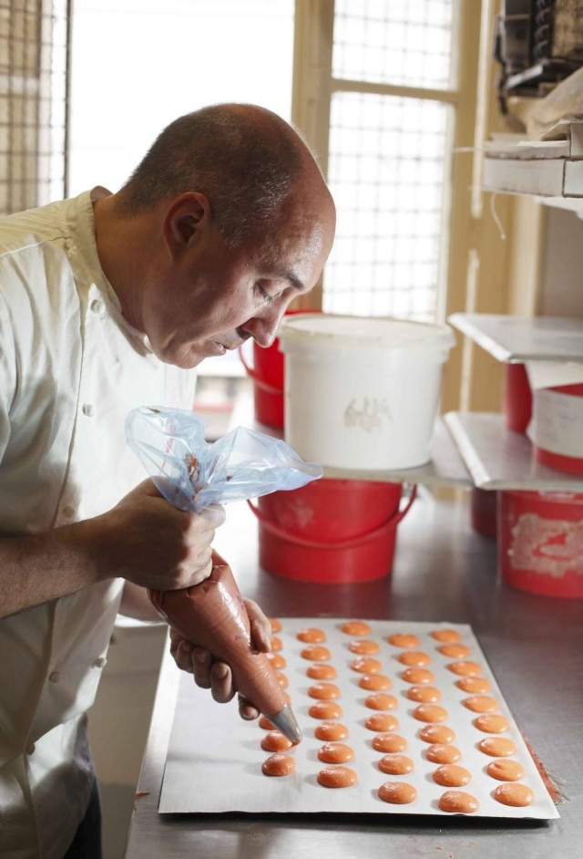 Chef Arnaud Delmontel fazendo macarons emParis
