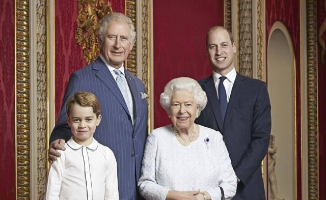 Príncipe George, príncipe Charles, rainha Elizabeth II e príncipe William.