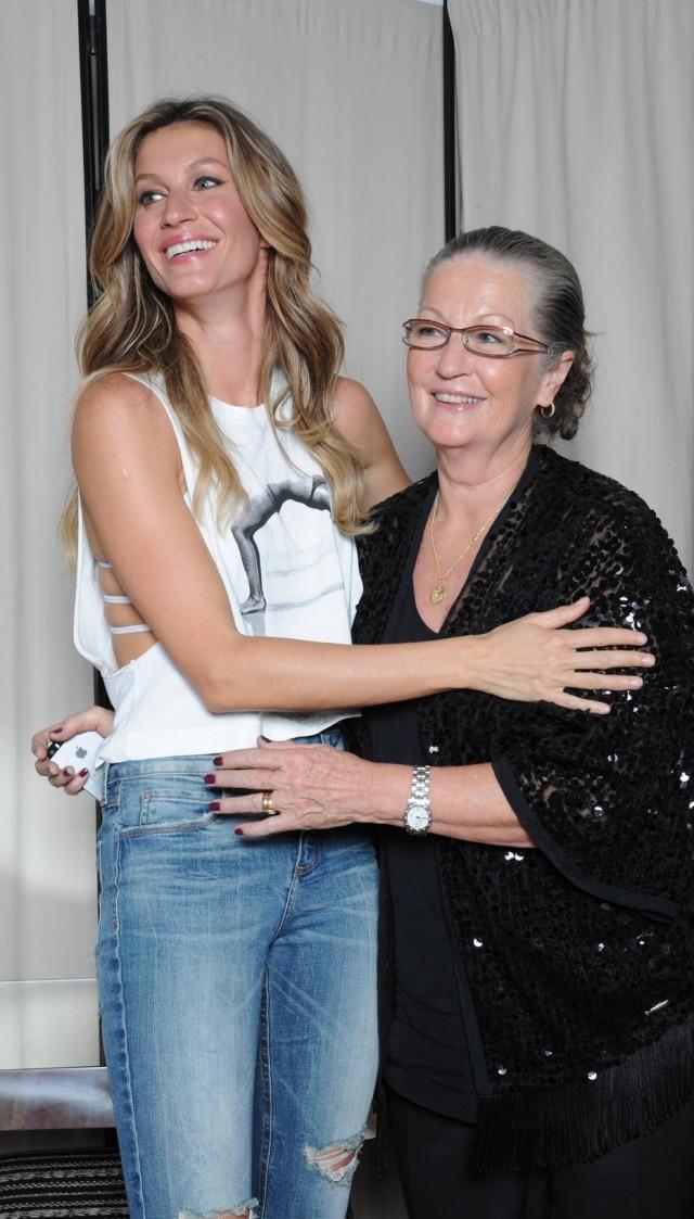 Gisele Bündchen e mãe Vânia nos bastidores do último desfile da carreira da über model