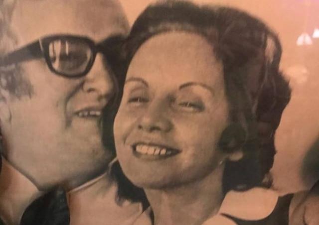 Florinda Barbosa ao lado de Chacrinha em foto antiga publicada por seu filho, Leleco