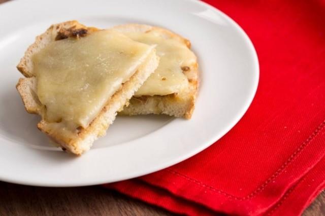 Crostini alla Romana, com anchova e mussarela.