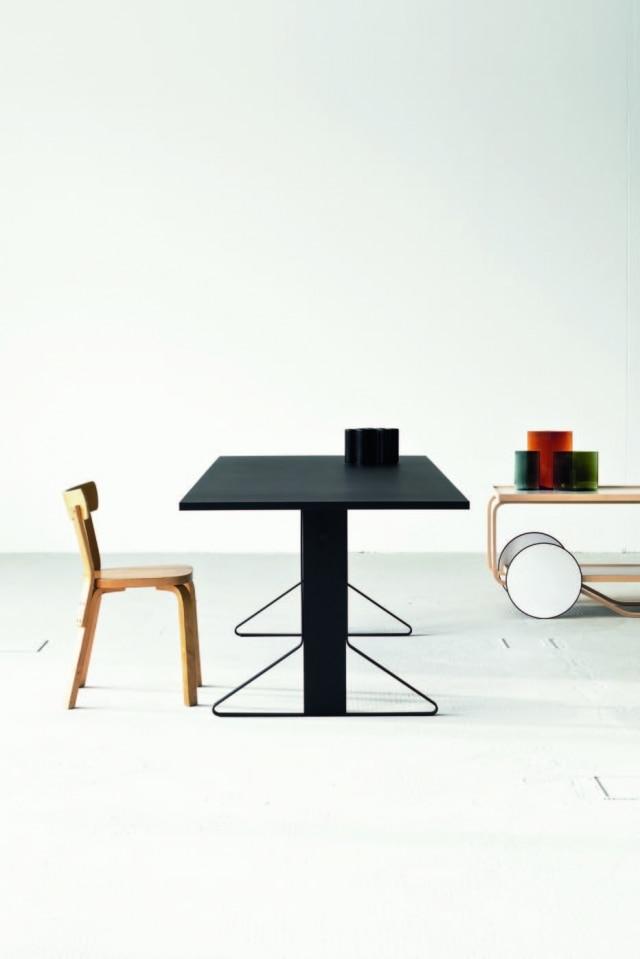 Dos franceses Ronan e Erwan Bouroullec, a coleção Kaari, que tem como elemento comum um componente de aço dobrado na base dos móveis
