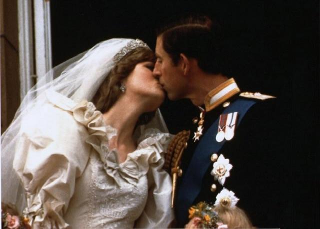 O herdeiro do trono inglês, príncipe Charles beija sua esposa, Diana no dia do seu casamento, 29/7/1981.Cliqueaquipara ver galeria de imagens