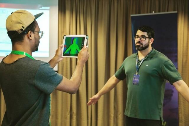 Genyz é uma marca que faz roupa sob medida usando scanner digital