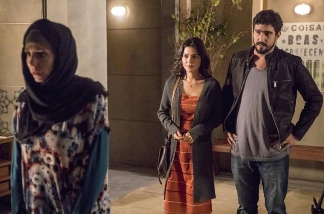 Gabriela Munhoz (Mágida), Renato Góes (Jamil) e Julia Dalávia (Laila) em cena de 'Órfãos da Terra', novela das 6 da Globo.