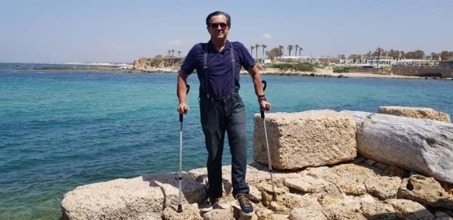 """Alguns anos após o acidente, oslogan de vida de Luiz Thadeu passou a ser""""Terra, aproveite enquanto está em cima dela"""". Na imagem, o maranhense está em Haifa, Israel."""