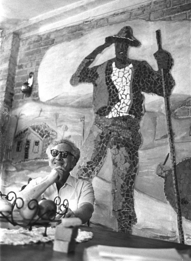 O artista plástico Julio Guerra em seu ateliê no bairro de Santo Amaro em 1971.