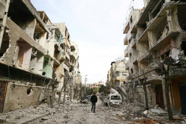Homem em meio a escombros em Ghouta Oriental, na Síria, onde cerca de 500 civis morreram em uma semana, 25/02/2018.