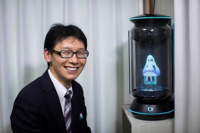 Akihiko Kondo posa ao lado de sua 'esposa', a boneca virtual Hatsune Miku.