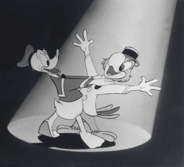 Zé Carioca dança com seu amigo, Pato Donald