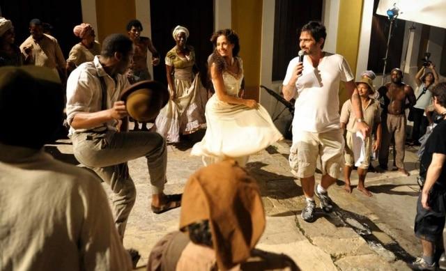 Camila Pitanga e Lázaro Ramos em gravação de capítulo da novela das 6 'Lado a Lado', em 2012.