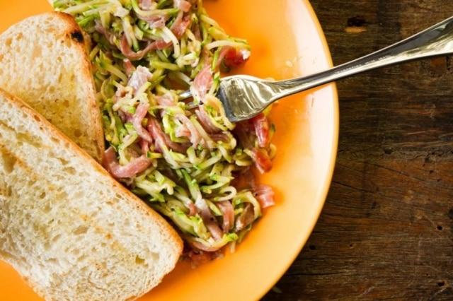 Salada morna de abobrinha.