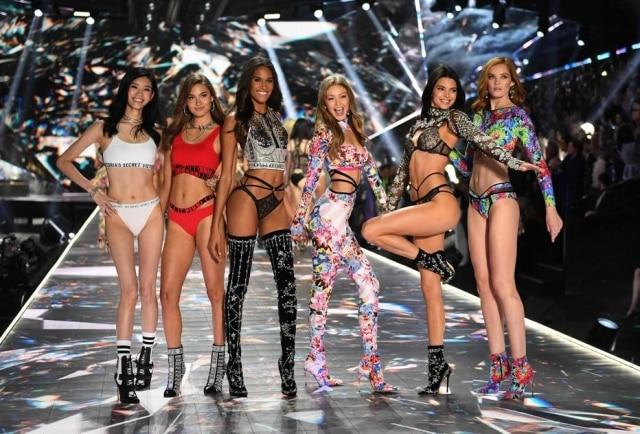 Ming Xi, Grace Elizabeth, Cindy Bruna, Gigi Hadid, Kendall Jenner e Alexina Graham na passarela da Victoria's Secret