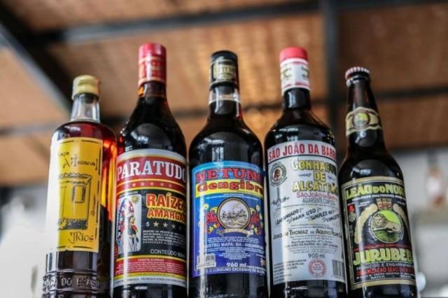 Nas prateleiras do bar Estepe garrafas tradicionais do botecos são usadas para compor os drinques