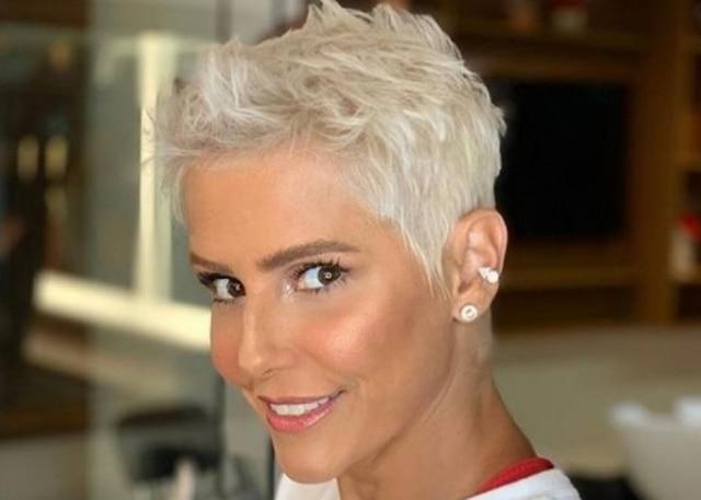 Deborah Secco muda cor do cabelo e surpreende filha   Parece a Xuxa ... 6a007775155