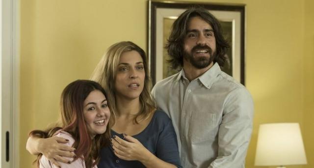 Klara Castanho interpreta Manuela ao lado dos atores Júlia Rabello e Felipe Abib.